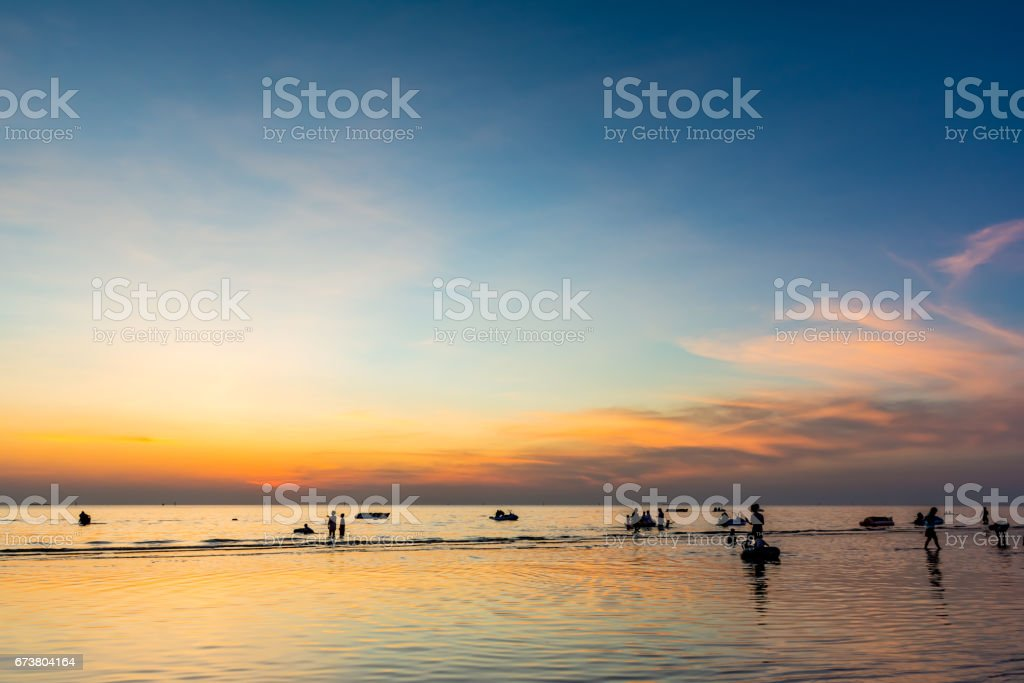 Beautiful sunset at sea beach and people silhouette. photo libre de droits