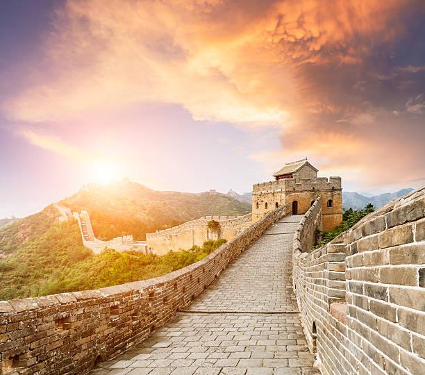 beautiful sunset at the great wall of china - chinesische mauer stock-fotos und bilder