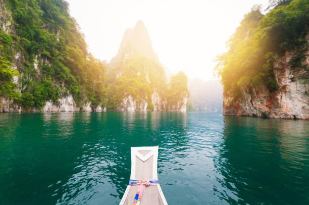 hermosa puesta de sol en el mar tropical con larga cola en bote en el sur de tailandia - beach in thailand fotografías e imágenes de stock