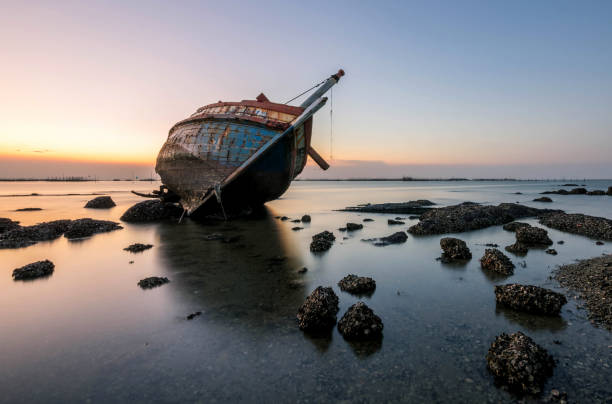 beautiful sunset  ,boat crashes in the sea , landscape  thailand - shipwreck stock pictures, royalty-free photos & images