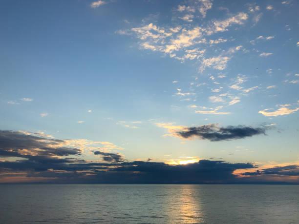 바다에서 아름 다운 일몰 스톡 사진