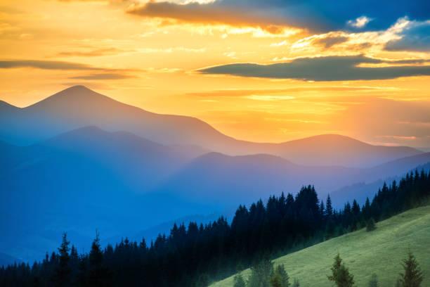 Wunderschöner Sonnenuntergang in den Bergen – Foto