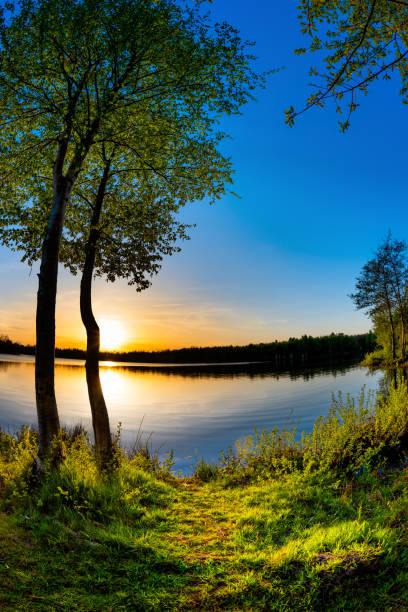 Schöner Sonnenuntergang am natürlichen See – Foto