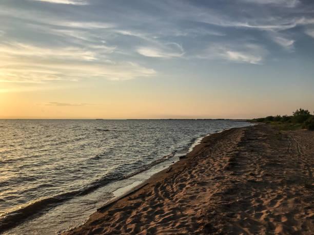 가혹 하지만 진정 바다에 아름 다운 석양 스톡 사진