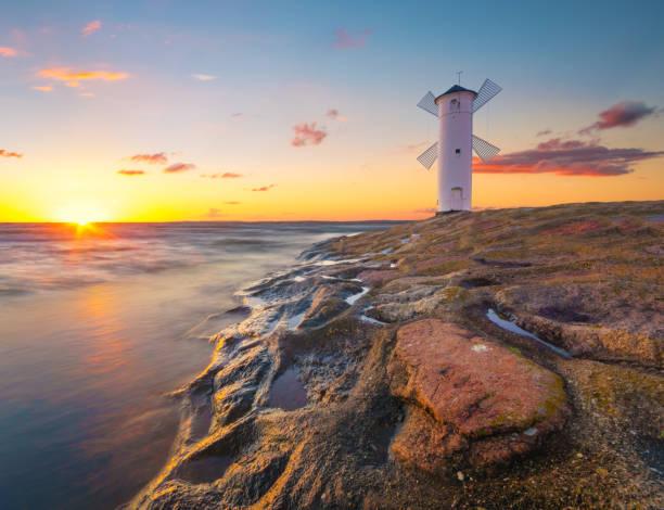 sonnenuntergang über eine windmühle-förmigen leuchtturm swinemünde, polen - usedom stock-fotos und bilder
