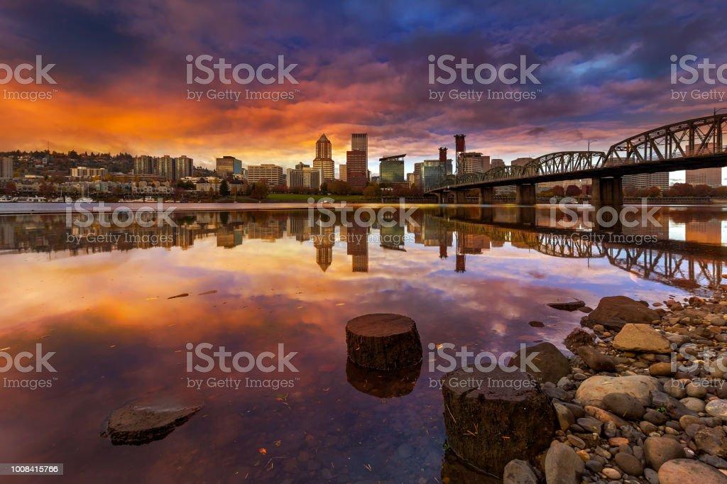 Einen wunderschönen Sonnenuntergang über der Innenstadt von Portland Oregon am Wasser entlang Willamette River vom Ostufer Esplanade – Foto