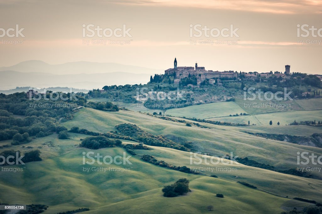 Beautiful sunset over sweet, little town of Val d'Orcia. Tuscany, Italy, Europe - foto stock
