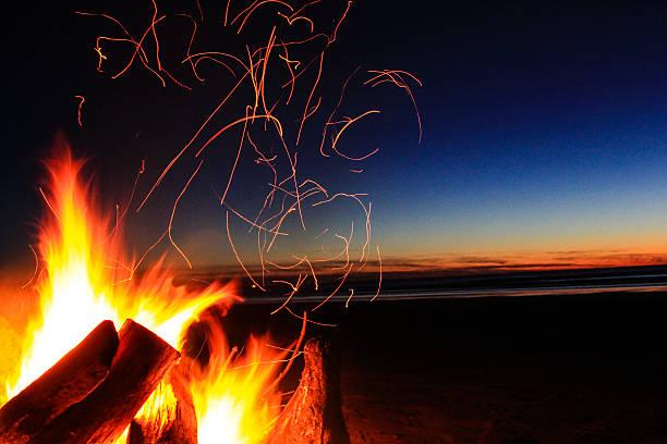 bellissimo tramonto - falò spiaggia foto e immagini stock