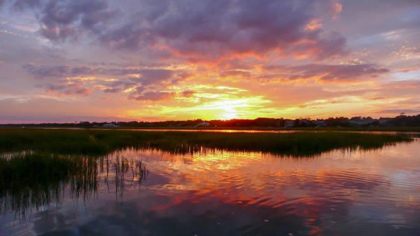 prachtige zonsondergang instelling over water en moerasgebieden in de barrière eiland creekside wateren voor de kust van south carolina - zuidoost stockfoto's en -beelden