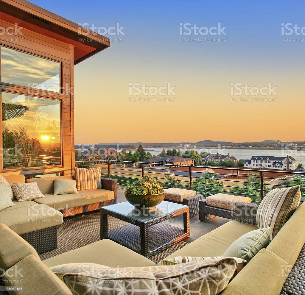 Hermosa Vista Del Atardecer Desde La Terraza De Casa De Lujo
