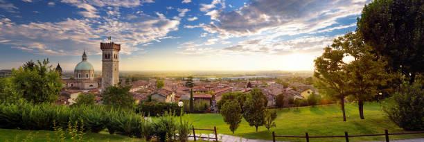 bela vista por do sol de lonato del garda, uma cidade italiana na província de brescia, itália - lombardia - fotografias e filmes do acervo