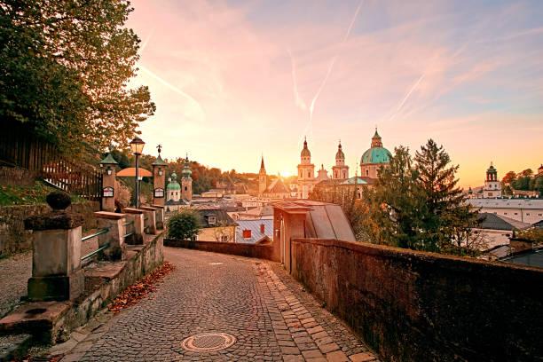 schöner sonnenuntergang der salzburger dom (dom zu salzburg) am residenzplatz platz im sommer in salzburg, salzburger land, österreich - salzburg stock-fotos und bilder