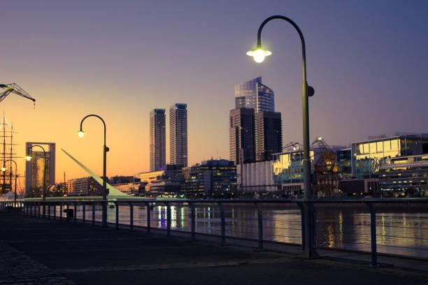 Schöner Sonnenuntergang mit Gebäuden im Hintergrund, Puerto Madero, Buenos Aires, Argentinien. – Foto