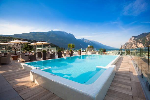 schönes schwimmbad im luxushotel - ferienhaus am gardasee stock-fotos und bilder