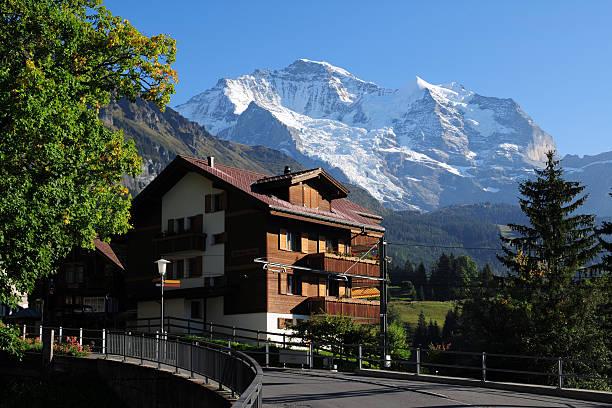 wunderschöne schweizer haus und landschaft-xl - hotel in den bergen stock-fotos und bilder