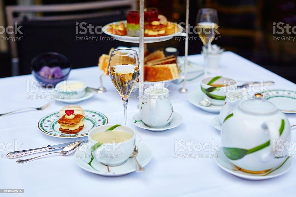Wunderschöne Tischdekoration Für Hoch Tee Zeremonie - Stockfoto   iStock