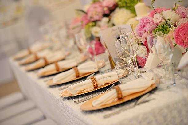 wunderschöne tischdekoration - tischdeko goldene hochzeit stock-fotos und bilder