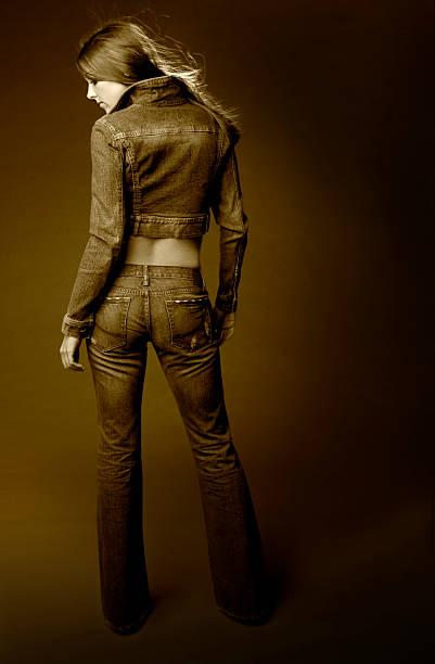 schöne große brunette junge frau von hinten, vollständige körper, copyspace - enganliegende jeans outfits stock-fotos und bilder