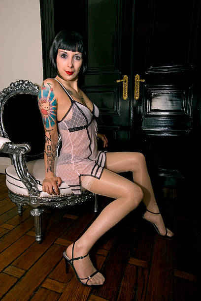 schöne tattooed frau - baroque tattoo stock-fotos und bilder