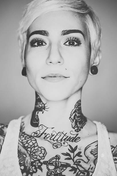 schöne frau porträt tattooed - gesichtstattoos stock-fotos und bilder