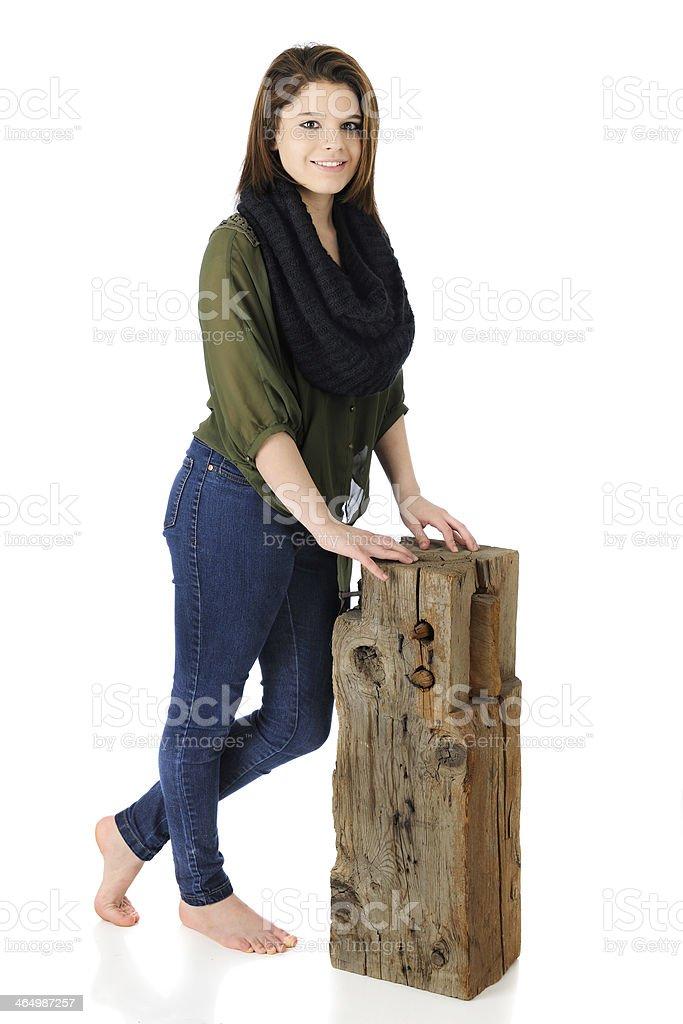 Schöne Teen mit einem alten Holzbalken – Foto