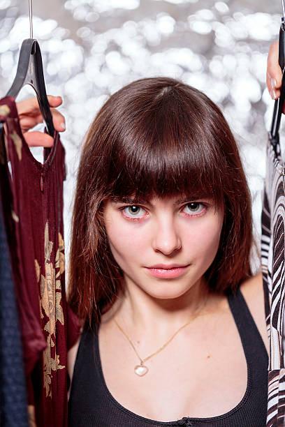 Schöne Teenager-Mädchen und Ihre Garderobe mit bokeh – Foto