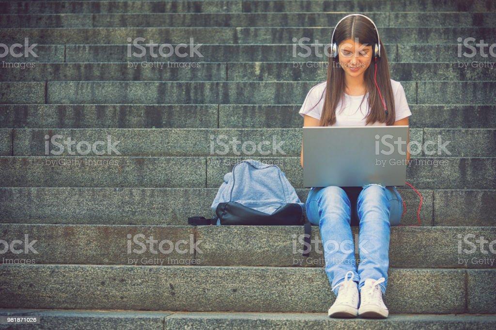 Schöne Teenager-Mädchen lernen im freien – Foto