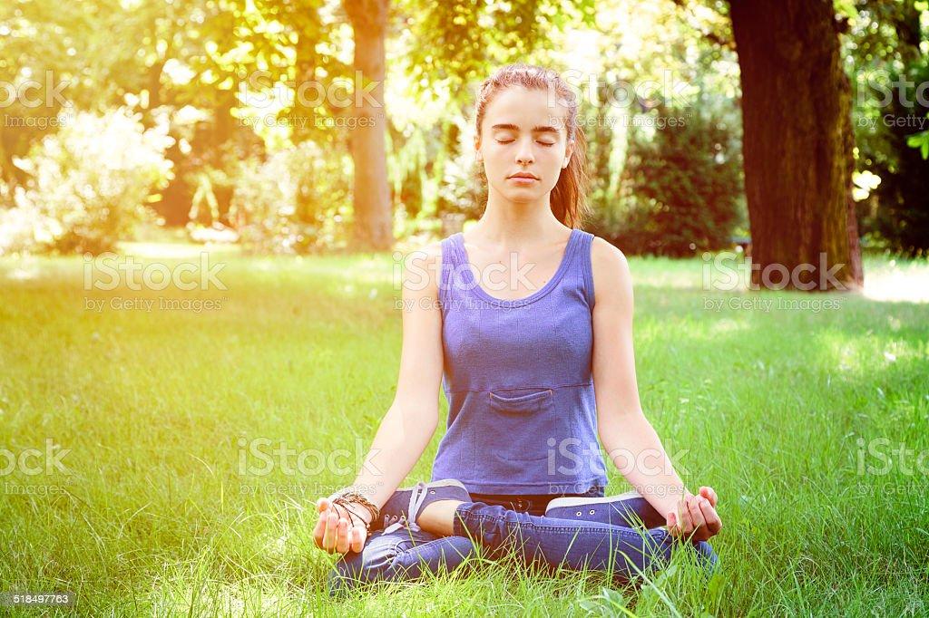 Schöne Teenager-Mädchen in der Natur meditates – Foto