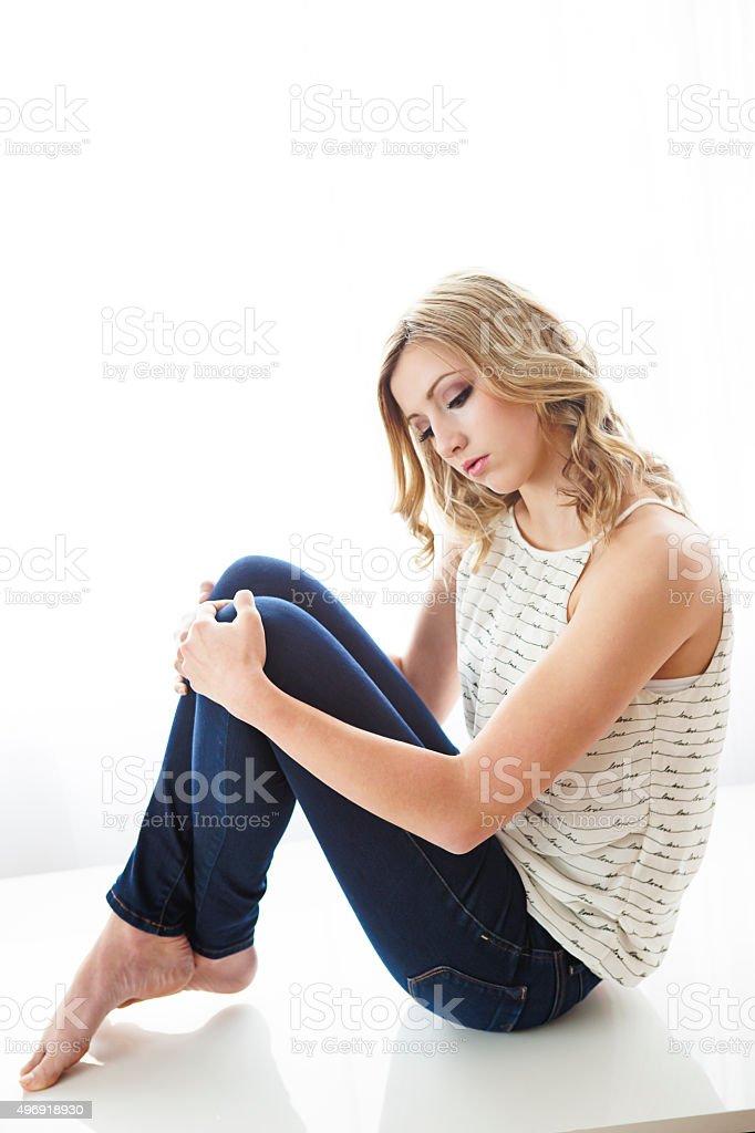 Красивая девушка, которые позируют на таблице стоковое фото