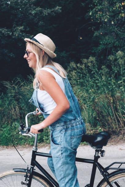 Schöne Teenager-Mädchen Fahrrad fahren durch den Wald oder Park. – Foto