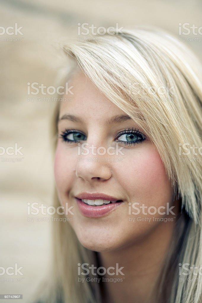 Schöne Teenager-Mädchen lächelnd in die Kamera. Lizenzfreies stock-foto