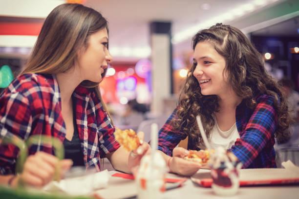 Schöne Mädchen im Teenageralter Essen im restaurant – Foto