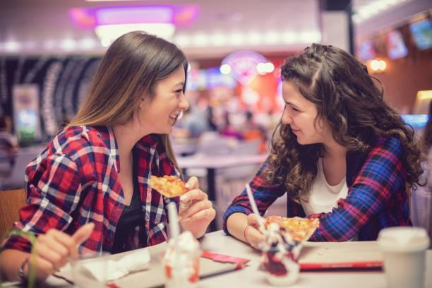 Schöne Teenager-Mädchen essen im Restaurant – Foto