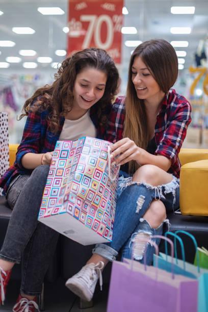 Schöne Teenager-Mädchen, die Spaß im Einkaufszentrum haben – Foto