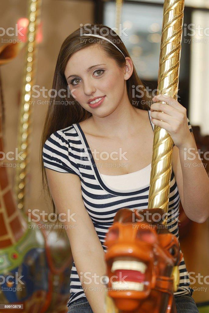 Красивые девушки на старые carousel Стоковые фото Стоковая фотография