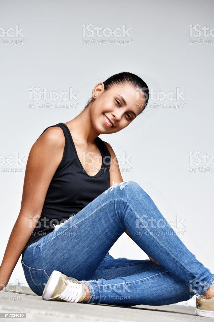 6fbd4a822 Hermosa Adolescente Colegiala Sentada Usando Blue Jeans Foto de ...
