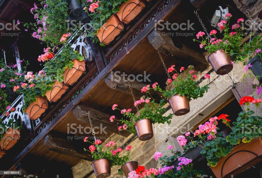 Terraza O Balcón Con Flores En La Villa Medieval De Puebla De Sanabria España Foto De Stock Y Más Banco De Imágenes De Aire Libre
