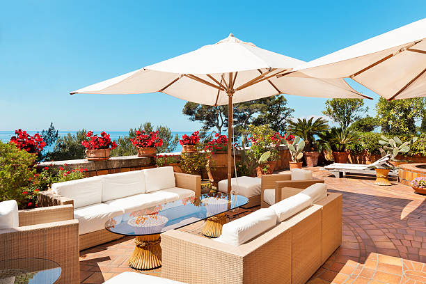 schöne terrasse - outdoor sonnenschutz stock-fotos und bilder