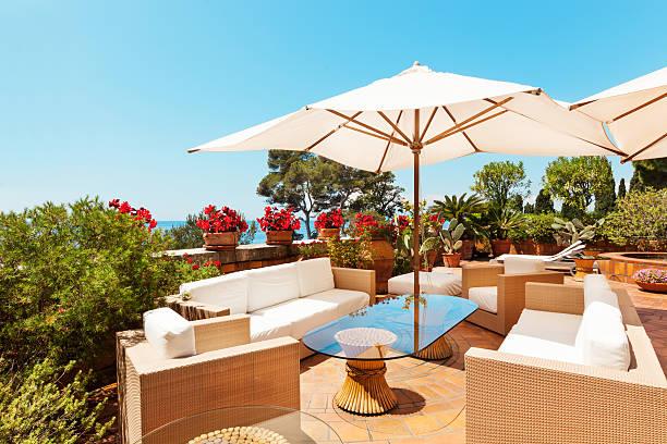 schöne terrasse - sonnenschirm terrasse stock-fotos und bilder