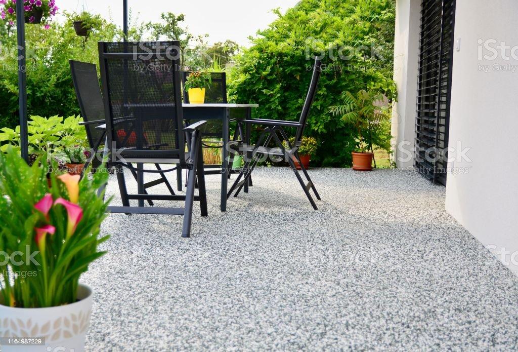 Hermosa Terraza Con Flor De Maceta Decorativa Foto De Stock