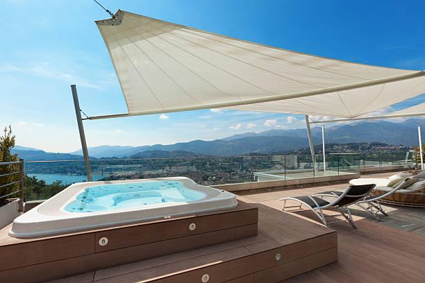 wunderschöne terrasse mit whirlpool - terrassen deck design stock-fotos und bilder