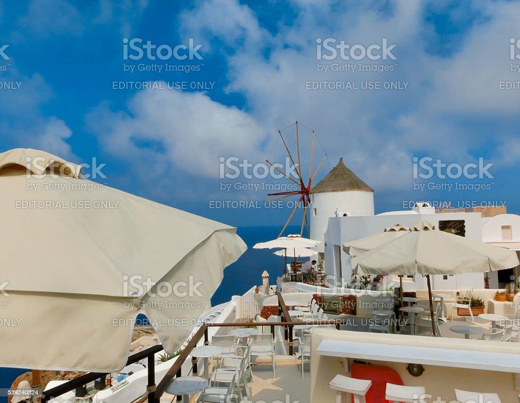Oia, Santorini, Grecia, 10 de junio de 2015: Hermosa terraza con foto de stock libre de derechos