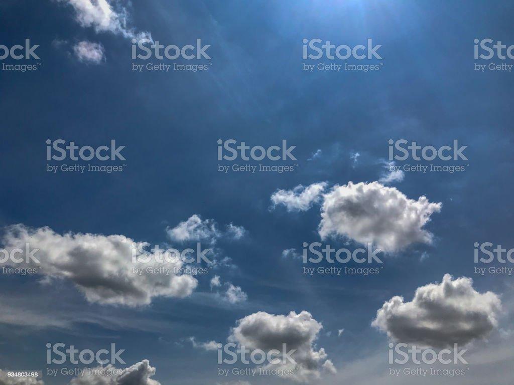 아름 다운 두꺼운 솜 털 구름과 푸른 하늘 - 로열티 프리 0명 스톡 사진