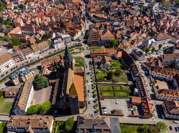 Schöne Aussicht auf die französische Stadt Wissembourg. Alte katholische Kathedrale. Orange Ziegeldächer. Altstadt. Parks, Plätze, Straßen von oben. – Foto
