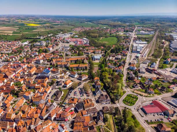 Schöne Aussicht auf die französische Stadt Wissembourg. Orange Ziegeldächer. Altstadt. Parks, Plätze, Straßen von oben. – Foto