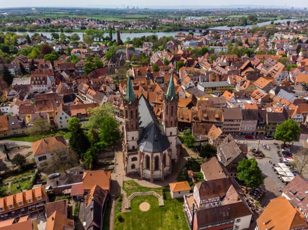 Schöne Aussicht auf die deutsche Stadt Ladenburg. Orange, geflieste Dächer. Katholische Kirche. Marktplatz. – Foto