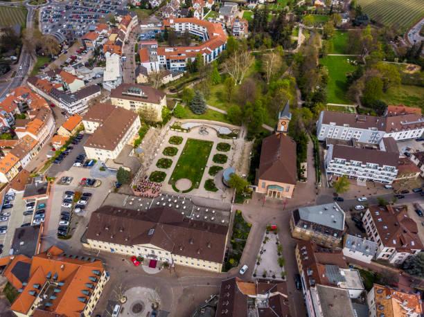 Schöne Aussicht auf den Park und den zentralen, historischen Teil von Bad Durkheim. Deutschland. – Foto