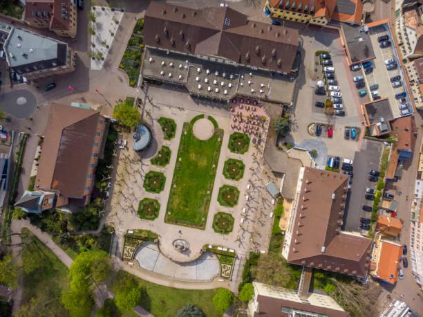 Bad Durkheim. Deutschland. - 12. April 2019: Schöner Blick auf den Park und den zentralen, historischen Teil von Bad Durkheim. Deutschland. – Foto