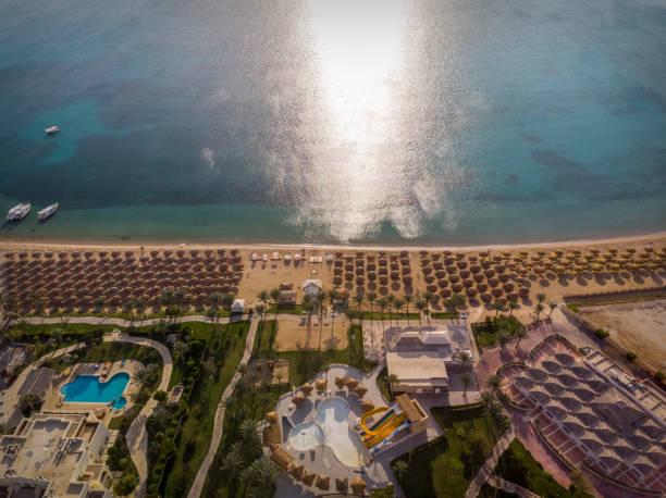 Hurghada. Ägypten. - 17. Dezember 2019: Schöne Aussicht auf das Rote Meer. Strand, Sonnenschirme, transparentes grünes Meer, Pools. – Foto