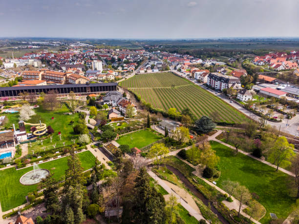Schöne Aussicht auf Bad Dürkheim. Blick auf das Salinarium. Parken in der Ferienstadt. Deutschland. – Foto
